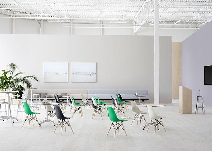Acest Forum oferă o varietate de elemente de mobilier care pot fi repoziționate pentru a permite amenajarea spațiului în funcție de cerințele prezentării.