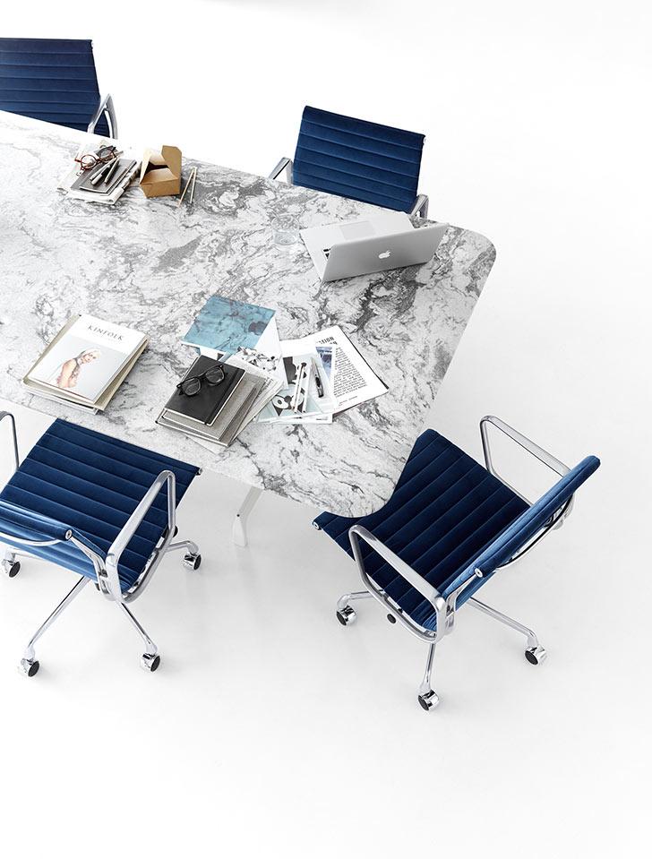 Acest spațiu Meeting Space este echipat cu instrumente analogice și digitale care îți permit să diseminezi informații și să discuți.